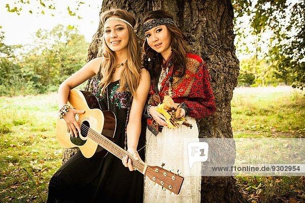 Hippy Girls bei Baum mit Gitarre
