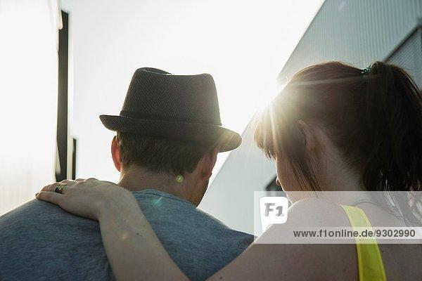 Nahaufnahme Rückansicht des jungen Paares in der Straße