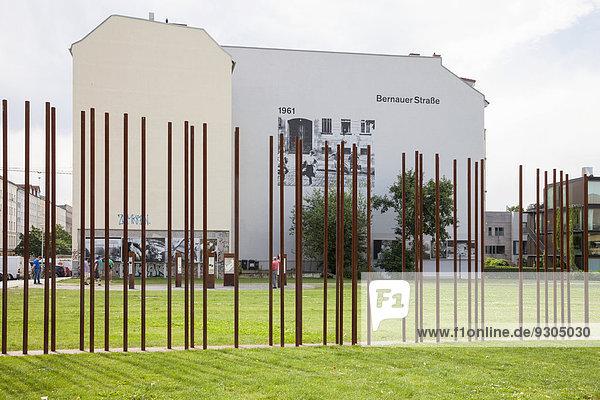 Metallstäbe symbolisieren den Mauerverlauf  Gedenkstätte Berliner Mauer an der Bernauer Straße  Berlin  Deutschland Metallstäbe symbolisieren den Mauerverlauf, Gedenkstätte Berliner Mauer an der Bernauer Straße, Berlin, Deutschland