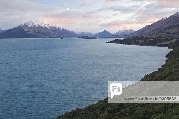 Lake Wakatipu vor Bergpanorama bei Sonnenaufgang  Otago  Südprovinz  Neuseeland