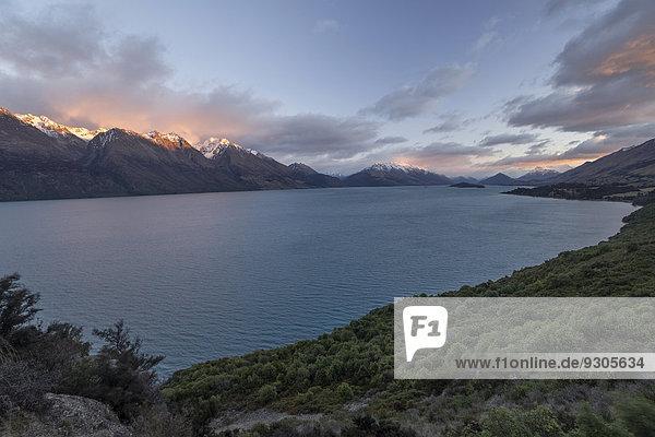 Lake Wakatipu bei Sonnenaufgang  Otago  Südprovinz  Neuseeland