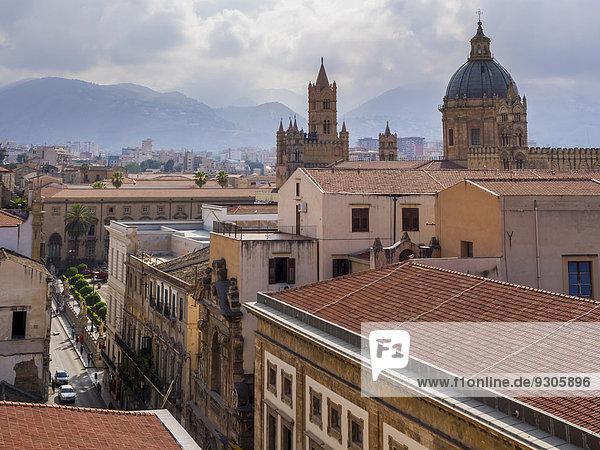 Ausblick von der Kirche SS Salvatore über die Altstadt  hinten die Kathedrale von Palermo  Palermo  Sizilien  Italien