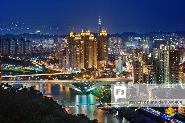 Stadtansicht bei Nacht  Taipeh  Taiwan