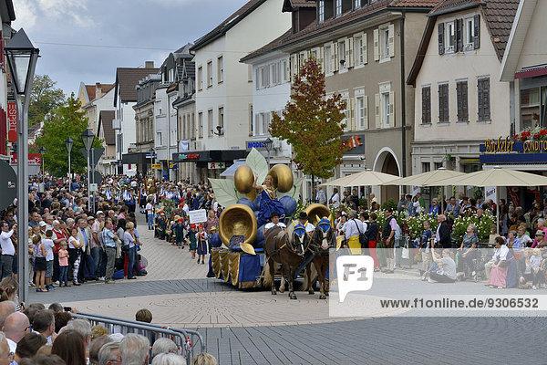 Einzug der Zwetschgenkönigin Alina I. auf dem Zwetschgenfest  Bühl  Baden  Baden-Württemberg  Deutschland