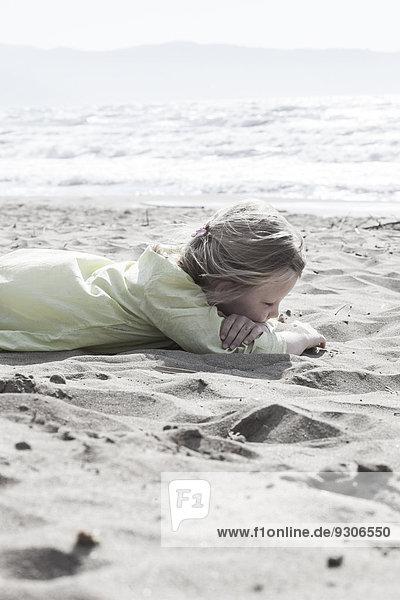 Mädchen liegt im Sand  Italien  Europa