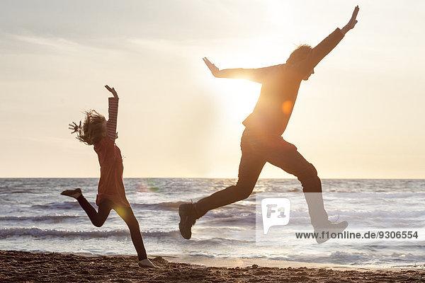 Vater und Tochter am Strand  Italien  Europa
