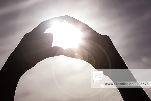 Finger formen ein Kreis um Sonne