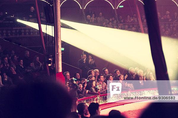 Zuschauer in einem Zirkuszelt