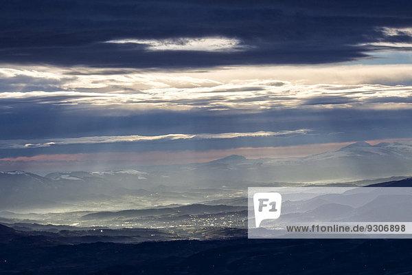 Wintersonnenaufgang mit der Stadt Fabriano  dahinter die Monti Sibillini Berge  Apennin  Region Marken  Italien