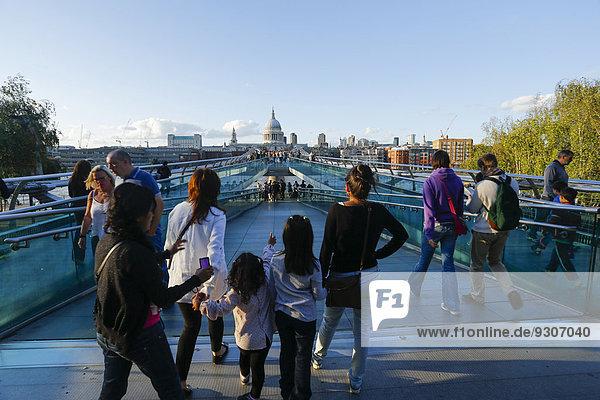 Millennium Bridge mit St. Pauls Cathedral  London  England  Großbritannien