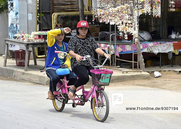 Zwei Frauen auf einem Tandemrad  Cha Am  Thailand