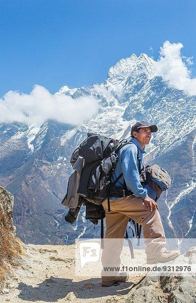 entfernt Führung Anleitung führen führt führend Berg Pose Tasche Mount Everest Sagarmatha trekking
