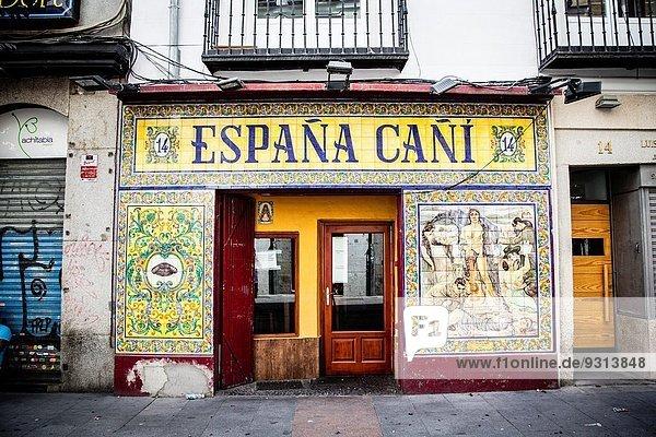 Kleine Menschengruppe Kleine Menschengruppen Straße Laden spanisch