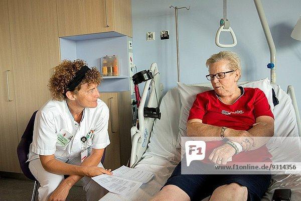 Patientin Führung Anleitung führen führt führend gehen Chirurgie Therapeut Erneuerung Niederlande neu