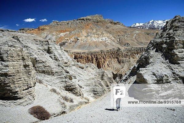 zwischen inmitten mitten nahe Landschaft Dorf Bergwanderer Grenze Mineral Mustang