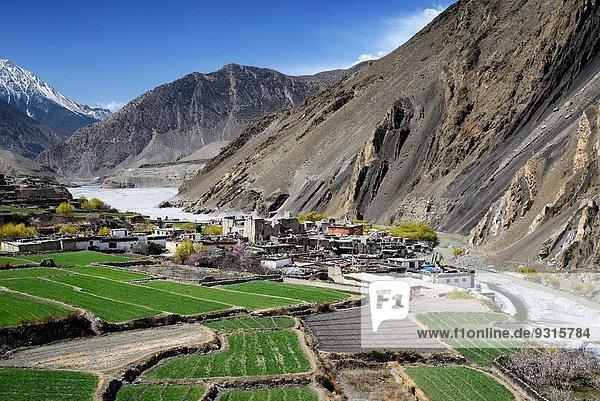 nahe Tal Fluss Dorf Feld umgeben Grenze Mustang Nepal Tibet