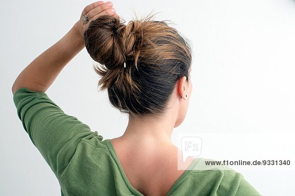 Brötchen blond Frau Arme heben strecken heben Rückansicht Ansicht jung Haar