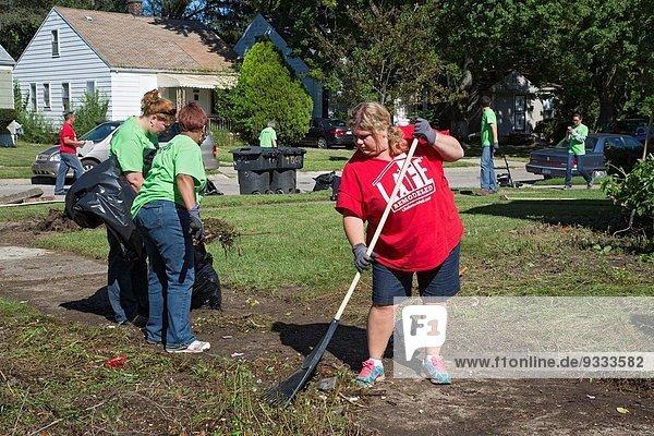 hoch oben Organisation organisieren einsteigen Lifestyle Gebäude sauber Elend lang langes langer lange Gemeinschaft Verbesserung Nachbarschaft Freiwilliger leer Business Entscheidung sprechen Modell Detroit Michigan Woche