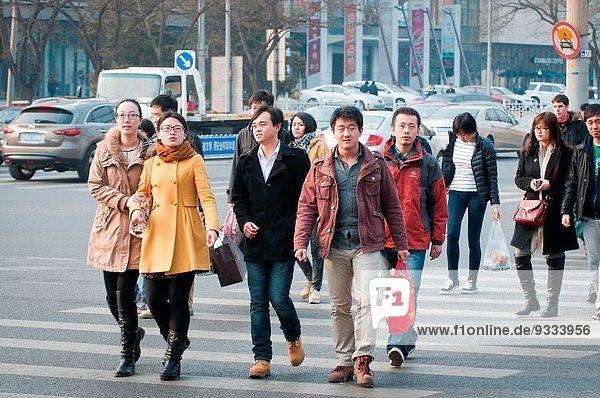 überqueren Mensch Menschen gehen Menschengruppe Menschengruppen Gruppe Gruppen chinesisch jung Fußgänger