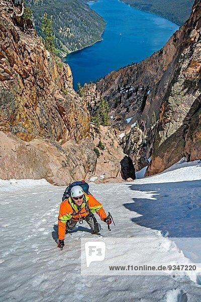 Berg 4 Junge - Person Ehrfurcht Entdeckung Mittelpunkt Richtung Grad Celsius Urteil beobachten 3 klettern