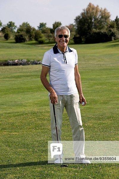 Mann reifer Erwachsene reife Erwachsene Golfsport Golf spielen