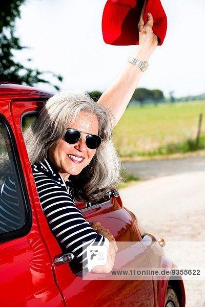 Frau Fröhlichkeit Auto Reise klein Fernverkehrsstraße reifer Erwachsene reife Erwachsene rot