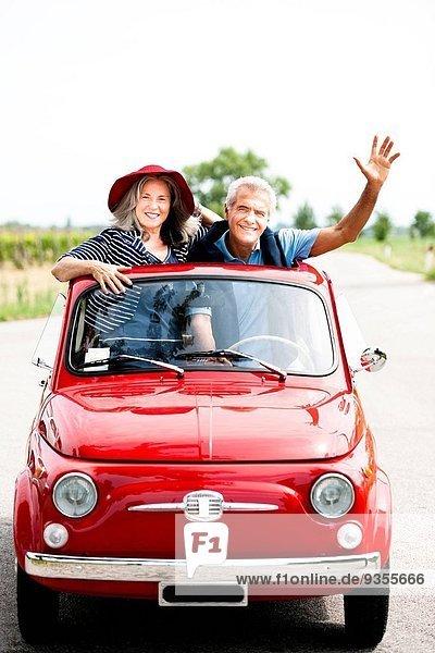Fröhlichkeit Auto Reise klein Fernverkehrsstraße reifer Erwachsene reife Erwachsene rot