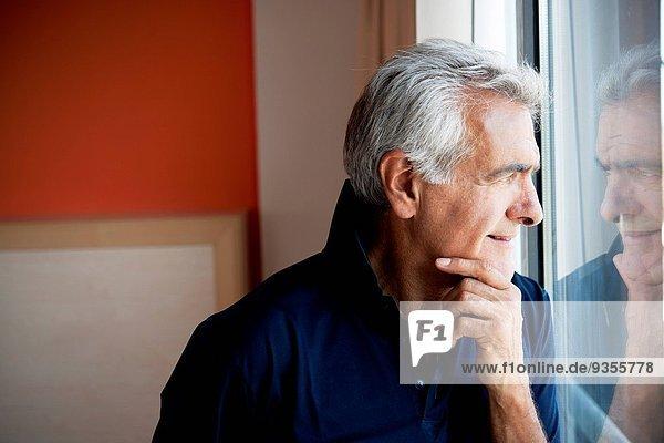 stehend Mann Fenster reifer Erwachsene reife Erwachsene