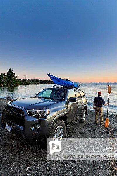 Mann Start gehen Kajakfahrer Nanaimo British Columbia bekommen Vancouver Island
