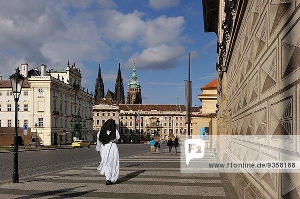 Prag Hauptstadt nebeneinander neben Seite an Seite Europa Skulptur Gebäude Palast Schloß Schlösser Reichtum Tschechische Republik Tschechien Gemälde Bild Barock Kollektion Nonne