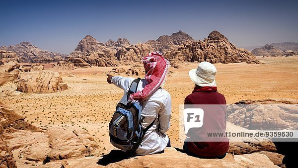 Felsbrocken sitzend Führung Anleitung führen führt führend Schutz Landschaft Tourist Nachdenklichkeit Liste Berg Zimmer UNESCO-Welterbe eingravieren Beduine