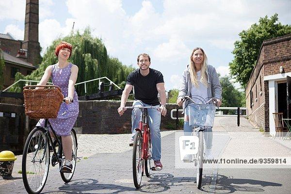 Freunde beim Radfahren entlang des Kanals  East London  UK