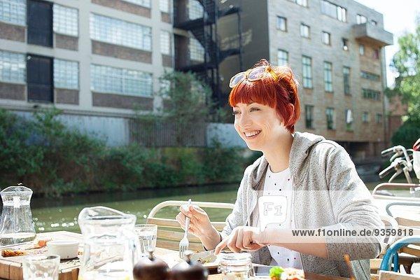 Frau beim Mittagessen am Kanal  East London  UK
