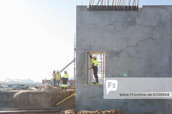 Bauleiter beim Überprüfen der Einfahrt auf der Baustelle