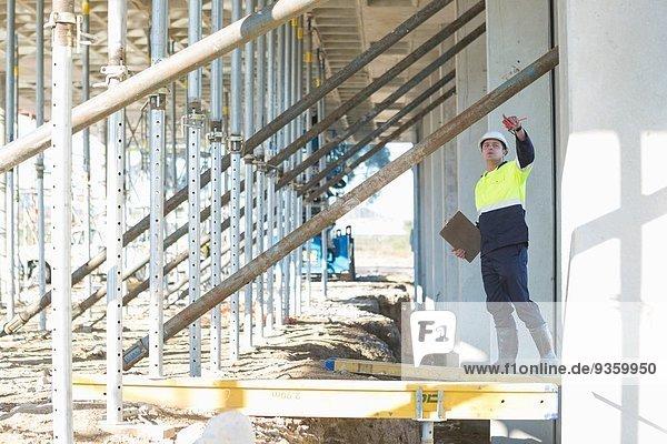 Bauleiter bis zur Kontrolle der Arbeiten auf der Baustelle
