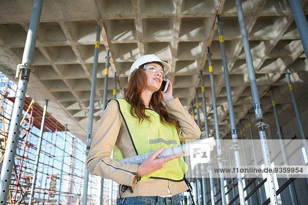 Architektenchat auf dem Smartphone auf der Baustelle