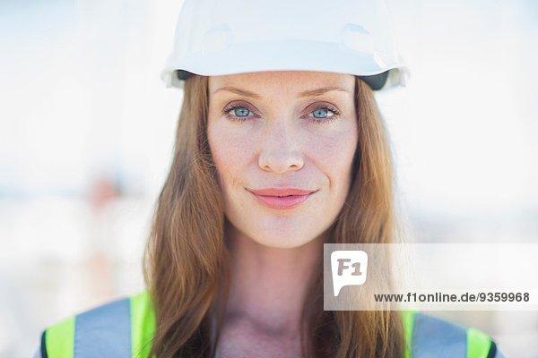 Nahaufnahme der Bauleiterin auf der Baustelle
