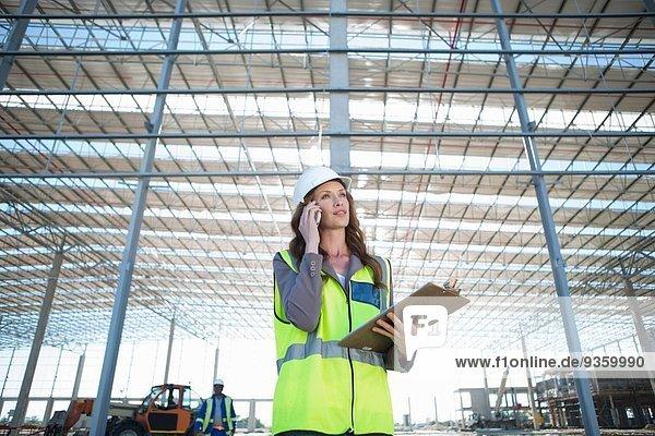 Site Manager mit Clipboard-Chat auf dem Smartphone auf der Baustelle