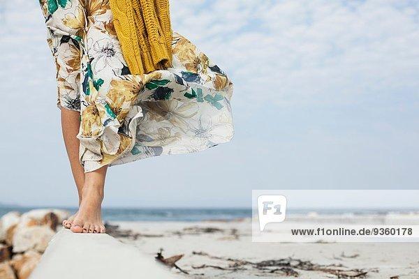 Junge Frauenbeine entlang des Zementblocks am Strand  Kapstadt  Westkap  Südafrika