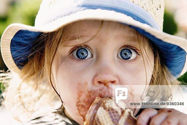 Junges Mädchen beim Eis essen
