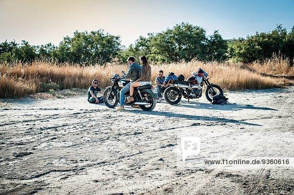 Vier Motorradfreunde machen eine Pause auf der trockenen Ebene  Cagliari  Sardinien  Italien