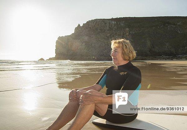 Senior Surferin auf dem Surfbrett  Camaret-sur-mer  Bretagne  Frankreich