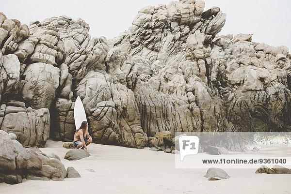Australischer Surfer mit Surfbrett  Bacocho  Puerto Escondido  Mexiko