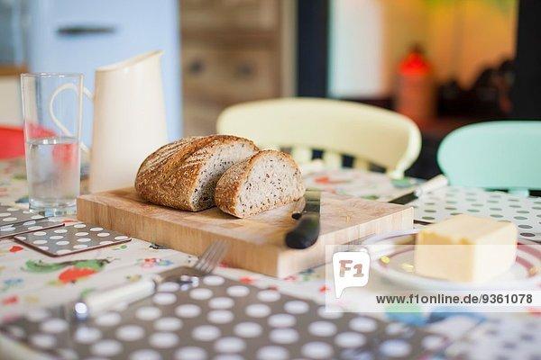 Traditionelles Frühstückstischset mit Brot und Butter