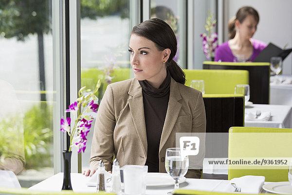 sitzend Europäer Geschäftsfrau Restaurant