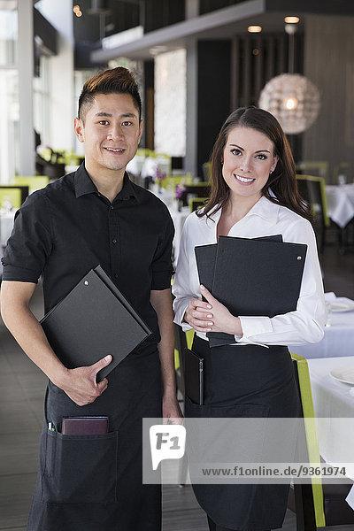 Zusammenhalt lächeln Restaurant Kellner Kellnerin