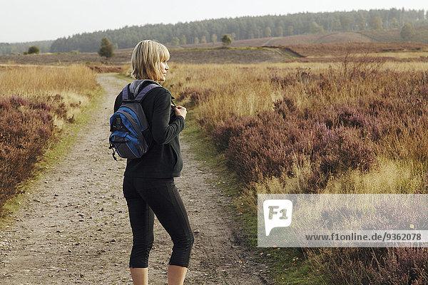Ländliches Motiv ländliche Motive Europäer Frau gehen Weg
