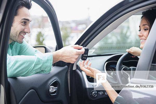 Mann Freundin geben Auto Schlüssel