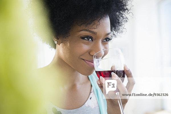 Frau Glas Wein amerikanisch trinken