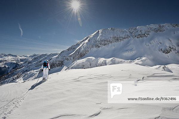 Österreich  Salzburg  Altenmarkt-Zauchensee  Rückansicht der österreichischen Skifahrerin